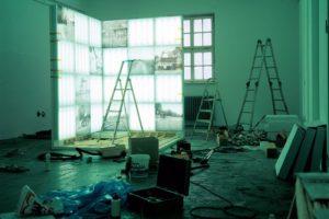 sauber glänzend rein (montageansicht), 33 leuchtkästen, 1999