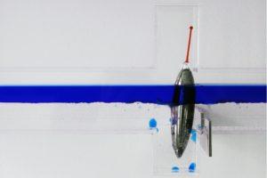 sensitive balance (detailansicht), edelstahll glasschwimmer plexiglas wasser silikonöl blau, patrick heide contemporary, london, 2008