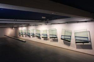 blue line, 10 glasbehälter metall silikonöl und wasser, pasinger fabrik, münchen, 2001