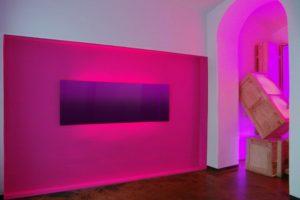 colour gradient + replaced, metallplatte wandfarbe leuchtkästen holzkisten und kontaktunterbrecher, galerie michaela stock, wien, 2009