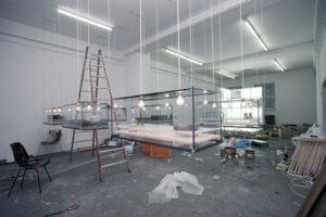 stillleben (montageansicht), 6 glaskästen metall harz plexiglas fundstücke holz, galerie benden & klimczak, köln, 1999