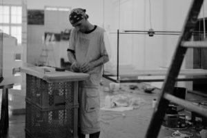 hans kotter, stillleben, 6 glaskästen metall harz plexiglas fundstücke holz, galerie benden & klimczak, köln, 1999