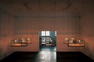 stillleben, 6 glaskästen metall harz plexiglas fundstücke holz, galerie benden & klimczak, köln, 1999