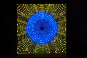 tube, maße 160 cm x 60 cm x 60 cm, plexiglas spiegel holz metall led-licht farbwechsel, galerie michaela stock, wien, 2011